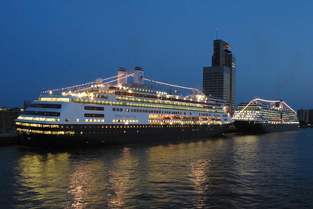 cruiseschip ms rotterdam en ms oosterdam van de holland